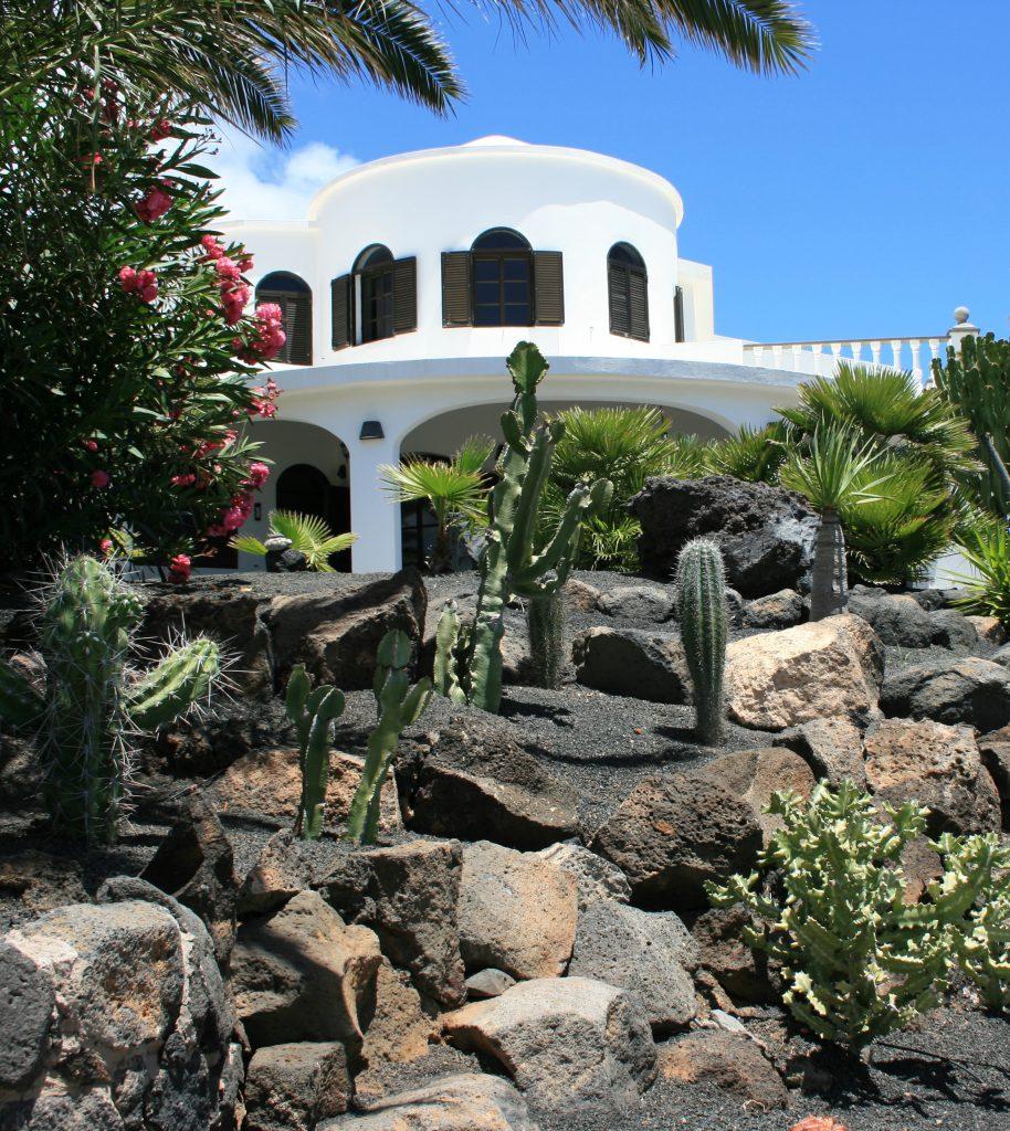 Die Villa Casa Ronda 1 umsäumt von der prächtigen Gartenanlage.