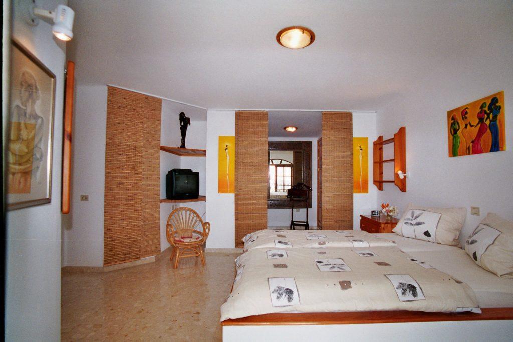 Casa Ronda 1 – Schlafzimmer im Obergeschoss mit Terasse